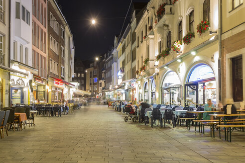 Germany, Dusseldorf, Old town, old houses, pavement restaurant at night - TAMF000399