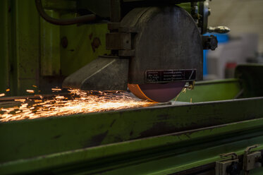 Grinding machine in process - DIGF000077