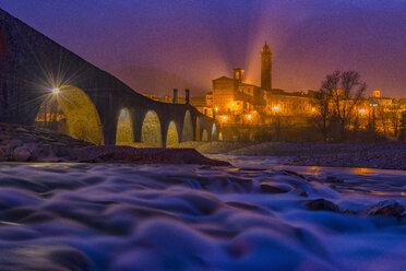 Italy, Province of Piacenza. Bobbio, Ponte Vecchio and the town of Bobbio in the evening - LOMF000244