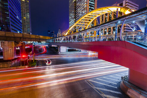 Thailand, footbridge and traffic in Bangkok at night - GIOF000797