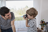 Father and son playing with camera - FMKF002570