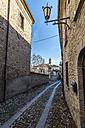 Italy, Emilia-Romagna, Castell'Arquato, Old town, alley - LOMF000246