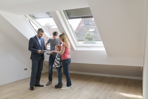 Estate agent showing family construction plan of a penthouse - SHKF000523