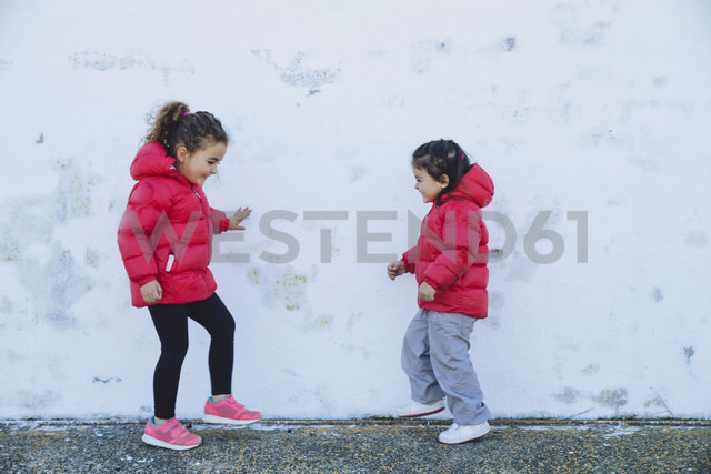 Two little girls dancing in front of a wall - ERLF000151 - Enrique Ramos/Westend61