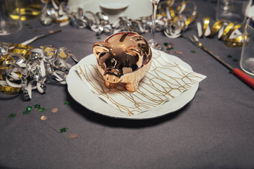 Decorated table with piggy bank for New Year's Eve party - MFF002921