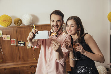 Friends taking selfies with smart phone on New Year's Eve - MFF002942