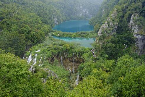 Croatia, Korana River, Waterfall and lake in Plitvice Lakes National Park - RUEF001680
