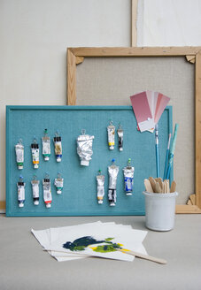 Pinboard, brushes, paint tubes, colour chart and canvas - GIS000206