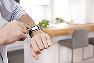 Man using his smartwatch - MFRF000543