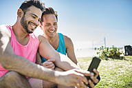Los Angeles, Venice, gay couple taking selfie with smartphone - LEF000043