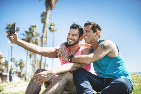 Los Angeles, Venice, gay couple taking selfie with smartphone - LEF000046