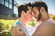 Gay couple head to head with closed eyes - LEF000066
