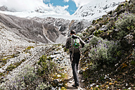 Peru, Huaraz, Huascaran National Park, man on a trek - GEMF000823