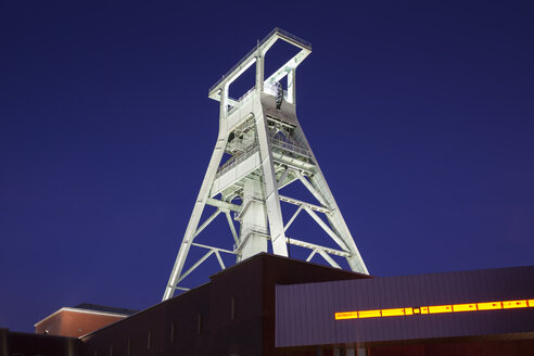 Germany, Bochum, view to lighted headframe of German Mining Museum - WIF003295