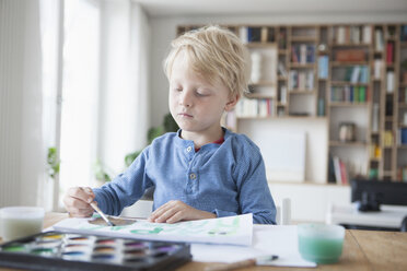 Portrait of little blond boy painting with watercolours - RBF004250