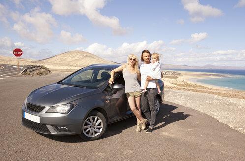 Spain, Fuerteventura, Jandia, family with car at the coast - MFRF000595