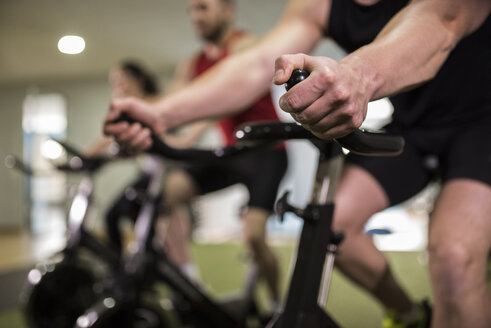 Group of young people training on exercise bike in gym - JASF000629