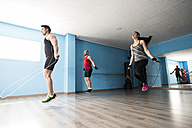Young people skipping rope in fitness room - JASF000647