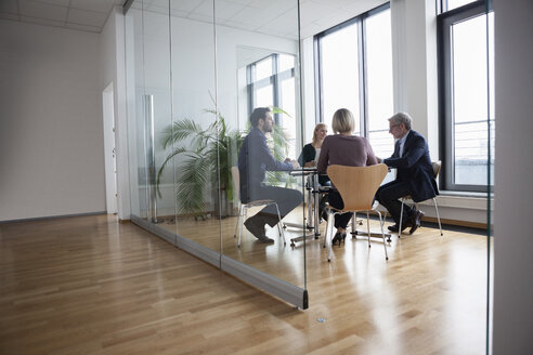 Business people having team meeting in office - RBF004397