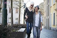 Strolling couple in love - LFOF000227