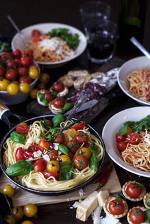 Prepared spaghetti with tomatoes, basil leaves and parmesan - VABF000431