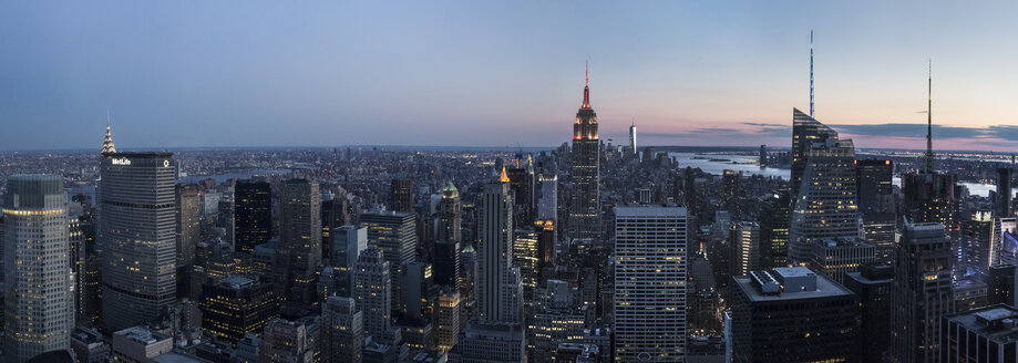 USA, New York State, New York City, Manhattan, Skyline at sunset - FCF000917