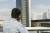 Young man in the city talking on the phone - UUF006919