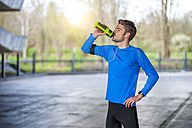 Young sporty man with water bottle - DIGF000242
