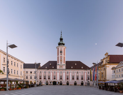 Austria, Lower Austria, St. Poelten, Townhall square and townhall in the evening - AIF000328