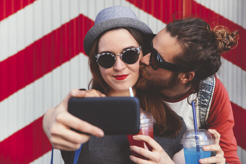 Young couple taking selfie with smartphone - RTBF000111