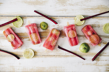 Beetroot and lime ice lollies on wood - RTBF000126
