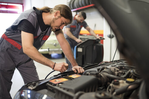 Mechanics working with air conditioning - JASF000654