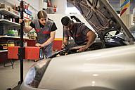 Adjustment and testing of car lights in workshop - JASF000675