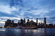 USA, New York City, view from Brooklyn to Manhattan skyline and East River at evening twilight - GIOF000883