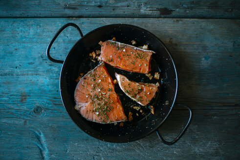 Salmon fillets in pan with parsley and garlic - KIJF000326