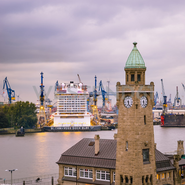 Germany, Hamburg, Harbour, Clock Tower Landungsbruecken, in the background a cruise ship in dock - RJ000579 - Roy Jankowski/Westend61