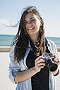 Young woman with camera - MAUF000462