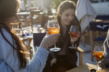Young women sitting in bar drinking aperitif - MAUF000486