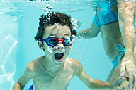 Young boy under water, air bubbles - ZOCF000067