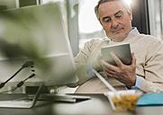 Senior man in office - UUF007187