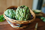 Wickerbasket of artichokes, close-up - KIJF000363