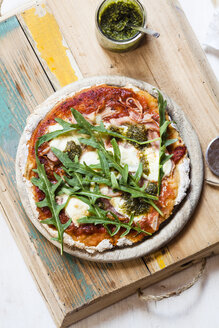 Homemade glutenfree pizza with mozzarella, rocket pesto and fresh rocket - SBDF002787