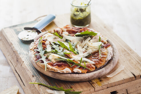 Homemade glutenfree pizza with mozzarella, rocket pesto, parmesan and fresh rocket - SBDF002790