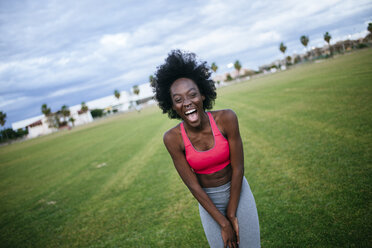 Laughing black athlete, portrait - KIJF000398