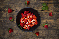 Bowl of sliced and whole strawberries - LVF004816