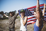 Three carefree hippies with US flag in the nature - GIOF000909