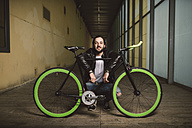 Smiling young man with fixie bike - RAEF001111