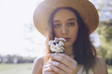 Portrait of young woman with daisies - GIOF000915