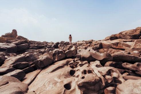 India, Karnataka, Hampi, Rear view of nude man standing on rocks - WV000762
