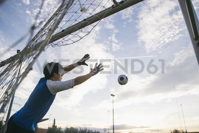Football goalkeeper making a safe - ABZF000470 - Andrés Benitez/Westend61